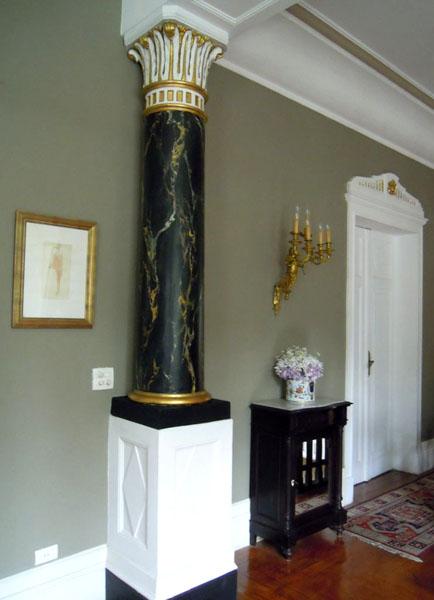 Coluna com imitação de mármore Portor 2011